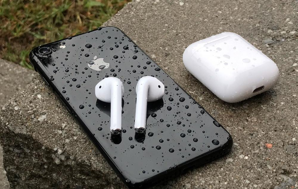 AirPods junto a un iPhone