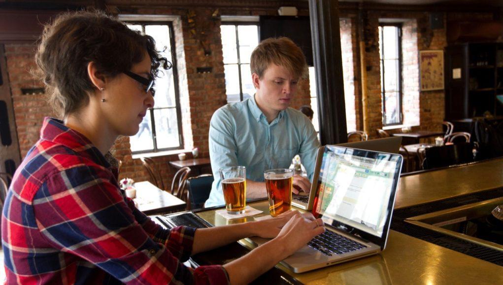 Usando un Mac en un bar