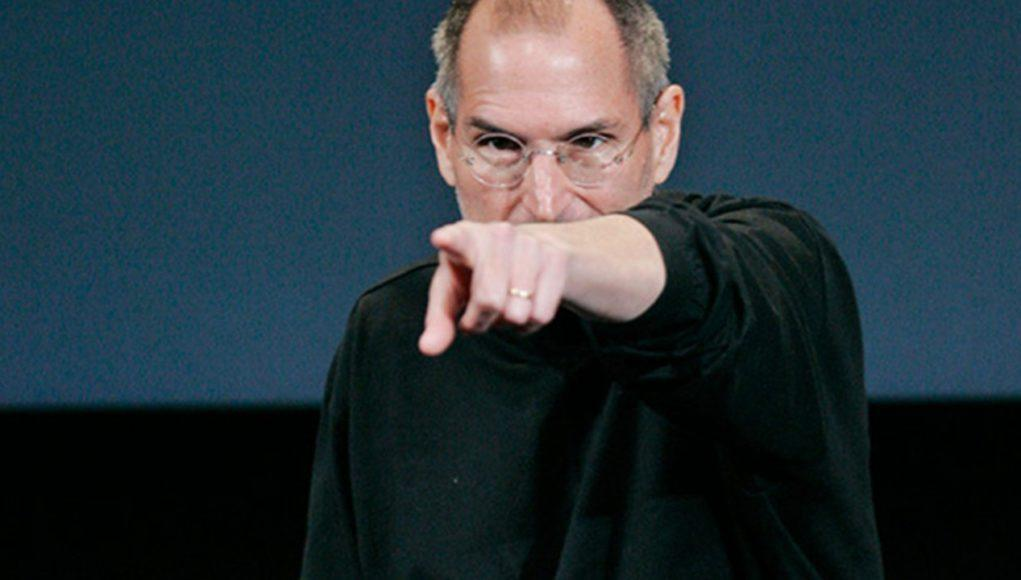 Steve Jobs señalando