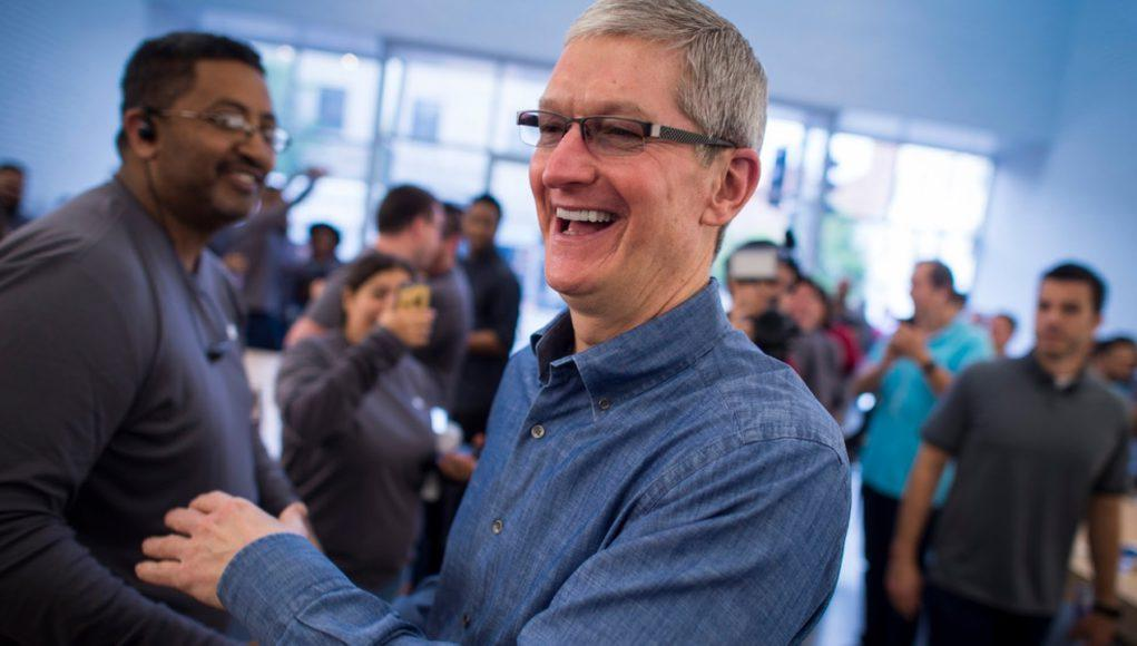 Tim Cook en una Apple Store