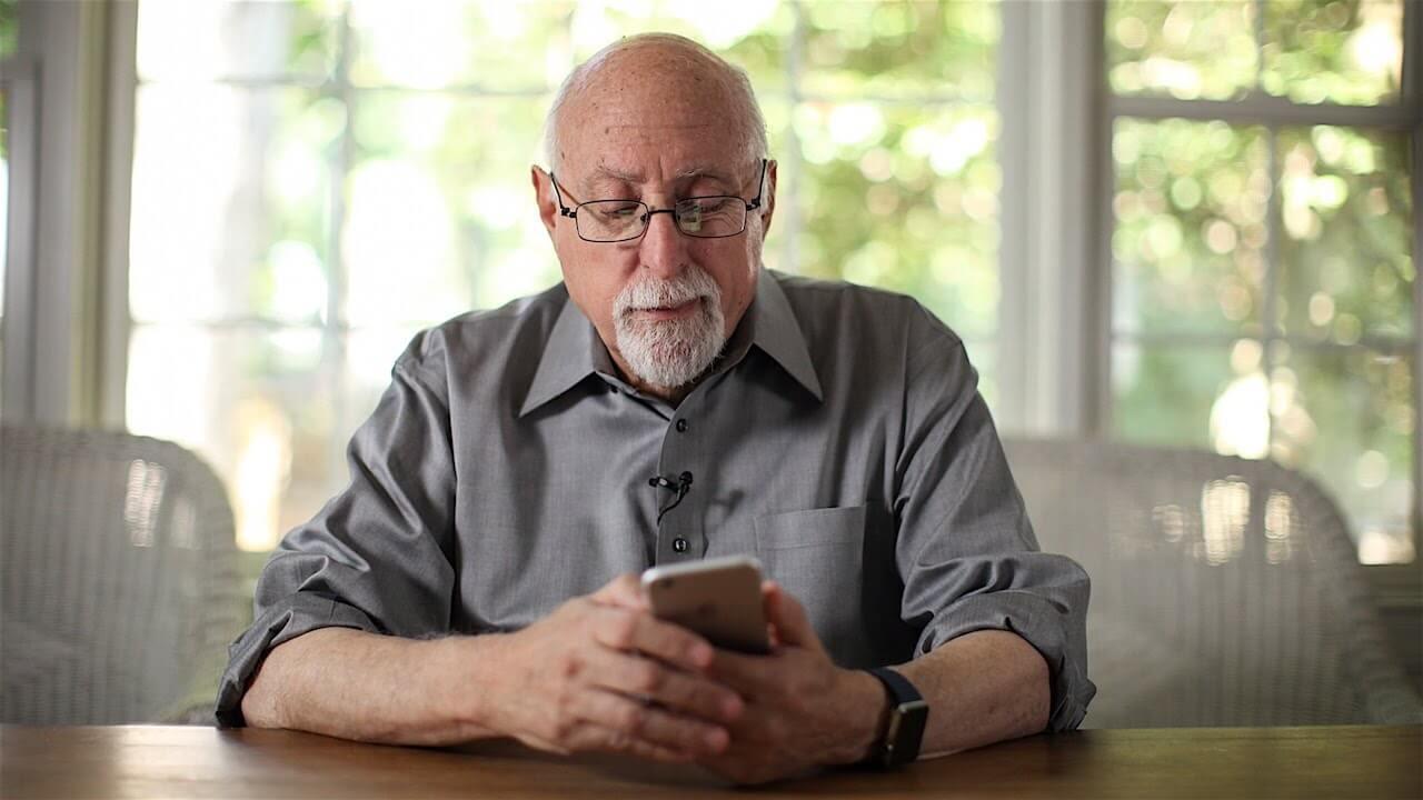 Walt Mossberg con un iPhone 6 y Apple Watch