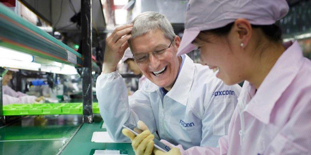 Tim Cook con empleados de Foxconn costes