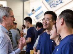 Tim Cook hablando con empleados