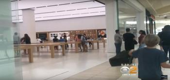 Los clientes de una Apple Store frustran un robo