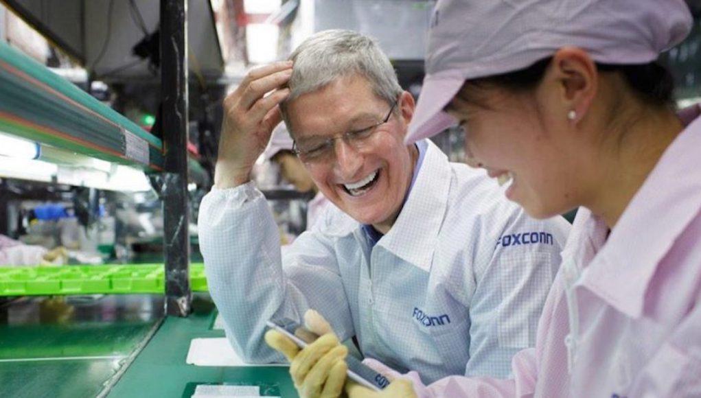 Tim Cook con empleados de Foxconn